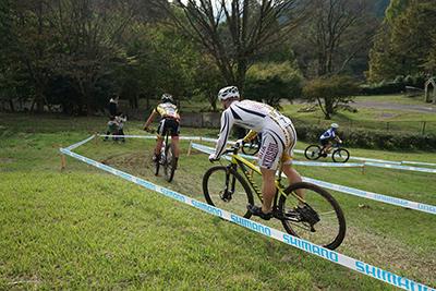 MTB耐久レース 芝生の急斜面