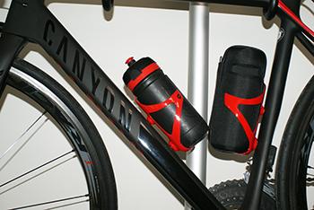 スポーツ自転車のフレームには2か所ボトルケージを取り付けできます。