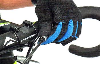ハンドル回りにあるシフトワイヤーのテンションを調整するアジャスター
