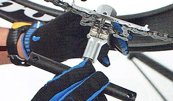 自転車のチェーンをつなぐ チェーンカッターでピンを押し込む様子