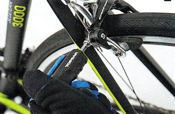ブレーキの固定ボルトを六角レンチで緩める