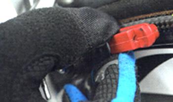 ロードバイクのブレーキシューの外し方 シューを引き抜く