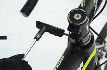 ステムを仮固定する。ロードバイクのヘッドパーツ調整方法