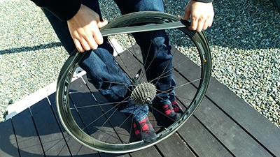 タイヤを少しずつ引っ張りながらはめていく 画像でわかる!チューブラータイヤの交換方法