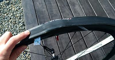 リムテープの両端を剥がして外側に折っておく 画像でわかる!チューブラータイヤの交換方法