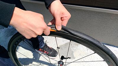 タイヤレバーでチューブラー来屋をホイールから剥がす 画像でわかる!チューブラータイヤの交換方法