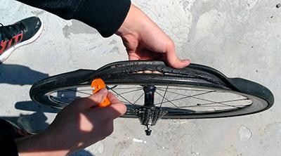 握れるくらいまでチューブラータイヤをタイヤレバーで剥がす 画像でわかる!チューブラータイヤの交換方法