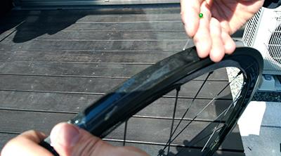 リムテープに入った空気を針で刺して抜く 画像でわかる!チューブラータイヤの交換方法