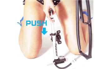 チューブに少しだけ空気を入れる。リムテープのズレや傷も確認する。パンクしたチューブの取り出し方。