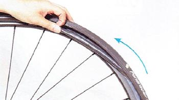チューブを全てタイヤとホイールの間に入れる。タイヤに新しい予備チューブを入れる方法。