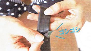 チューブをヤスリで擦って下地を磨く。予備チューブがない時はパッチを使って修理する。