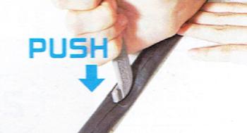 タイヤレバーでしっかりパッチを押さえて仕上げる。予備チューブがない時はパッチを使って修理する。