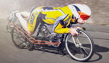 アマチュア選手のグレアム・オブリーの自作自転車