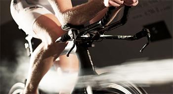 ロードバイクでスネ毛を剃れば空気抵抗が7%軽減される。