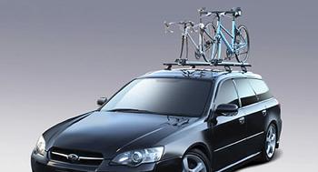 自動車の天井にルーフキャリアを使ってロードバイクとクロスバイクを積む