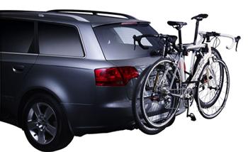 自動車のトランクの後ろにロードバイク・クロスバイク・マウンテンバイクを積む
