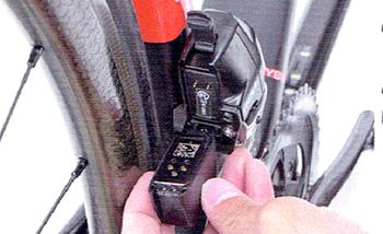 電動無線式コンポーネント SRAM RED e TAP【スラム レッド イータップ】のフロントディレイラー内蔵バッテリー