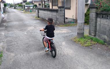ランニングバイクのおかげで補助輪無し自転車にもすぐに乗れた子供