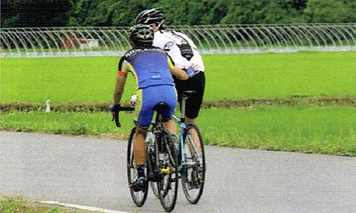 ロードバイクでローテーションしながらお尻をタッチするトレーニング方法