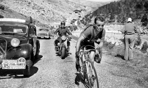 初期のツール・ド・フランスの様子。体に予備チューブとタイヤを巻きつけて走る