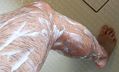 除毛クリーム「NOLLリムーバークリーム」を脚に塗っていく