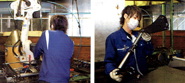 溶接の状態をチェックする ミノウラのローラー台製造