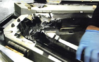 TREK(トレック)のフレーム製造成形をする職人