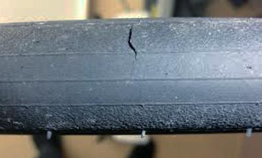 ロードバイクのタイヤは、大きい亀裂があれば即交換